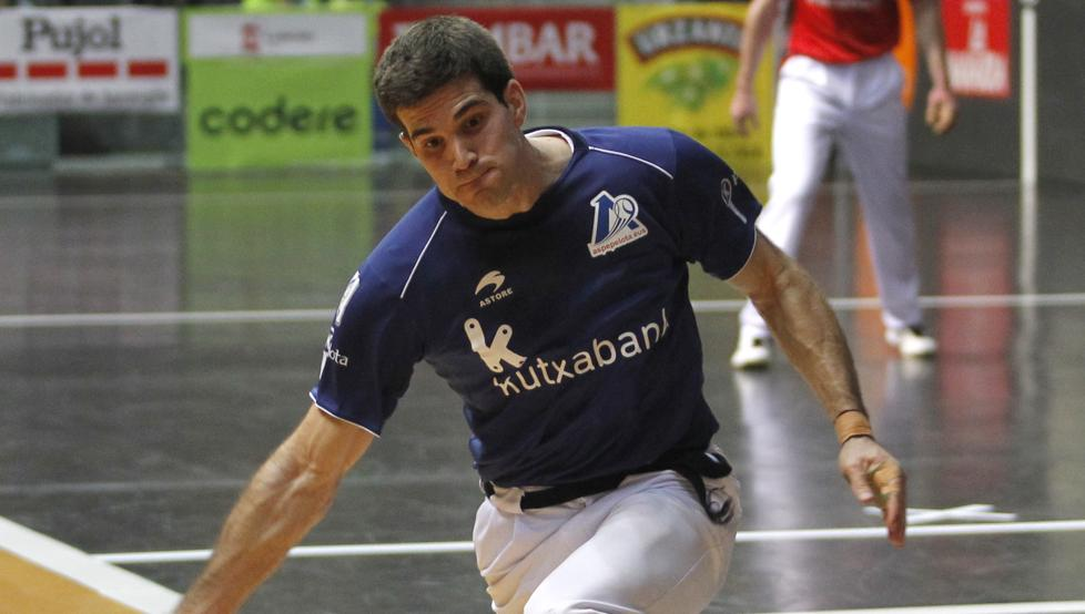 José Javier Zabaleta restando una pelota durante un partido
