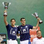Joseba Ezkurdia y José Javier Zabaleta posan con los trofeos del campeonato de San Fermín