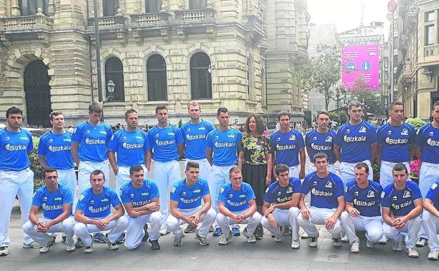 Los 24 pelotaris participantes en el Torneo Bizkaia, el día de la presentación junto a la diputada de Euskera y Cultura, Lorea Bilbao