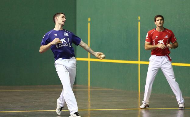 Rezusta golpea la pelota el martes en Errenteria