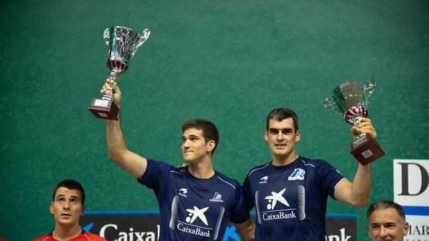 Zabaleta (i) y Ezkurdia (d) levantan el trofeo de campeón