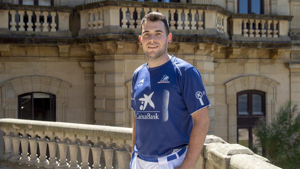 Erik Jaka posando en el balcón del ayuntamiento de San Sebastián durante la presentación del Donostia Hiria Torneoa que se disputará a finales de agosto