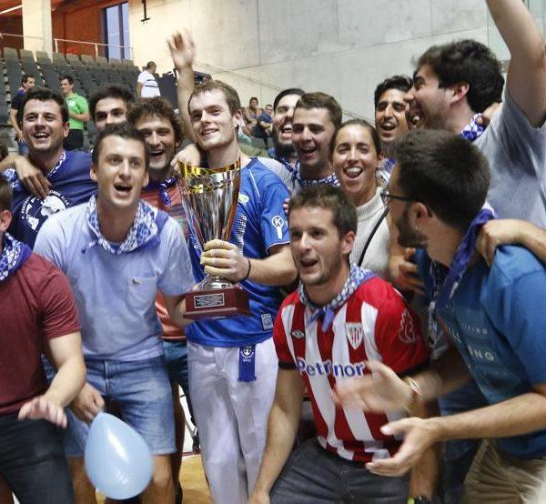 MD - Unai Laso, rodeado de amigos después de ganar el Torneo Aste Nagusia