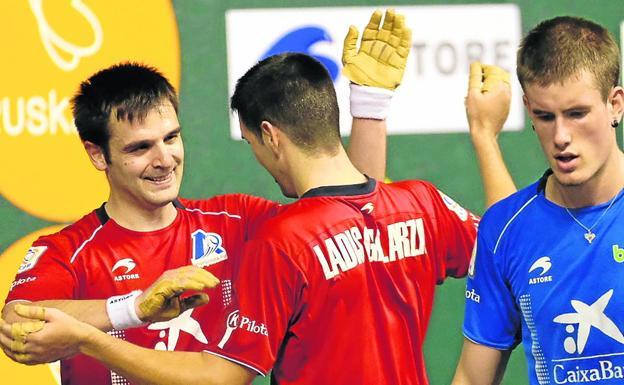 Elezkano y Galarza se felicitan tras conseguir la victoria en el Adarraga