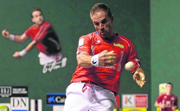 Olaizola II devuelve una pelota con la derecha en el ancho del frontón Javier Adarraga de Logroño