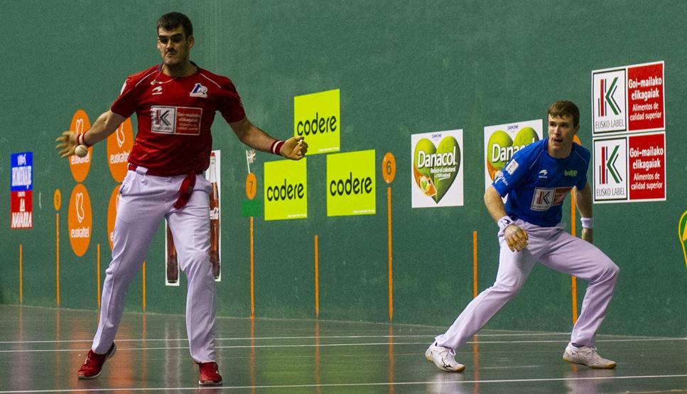 Ezkurdia golpea de derecha durante el partido contra Artola