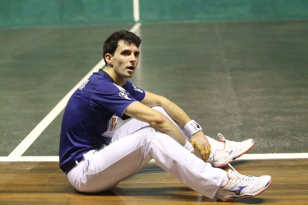 Altuna coge aire sentado en la contracancha durante un partido del Cuatro y Medio