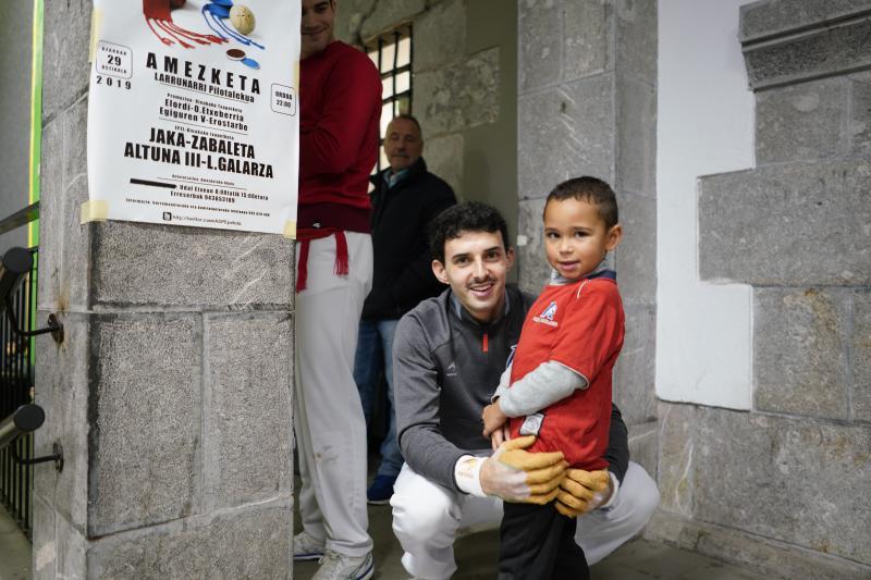 Jokin Altuna, sonriente junto a un niño ayer a la entrada del frontón Larrunarri de Amezketa