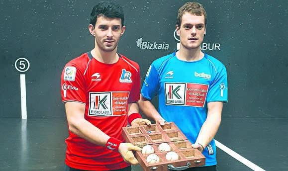 Jokin Altuna y Unai Laso, con la caja del material para el partido del domingo en el Bizkaia