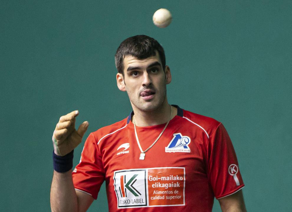 Joseba Ezkurdia prueba una pelota durante la elección del Labrit. No le gustaron las pelotas