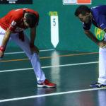 Joseba Ezkurdia y Erik Jaka, reventados, después del 19-13 en el que se cruzaron una veintena de pelotazos. Los dos protagonistas lo dieron todo en la cancha