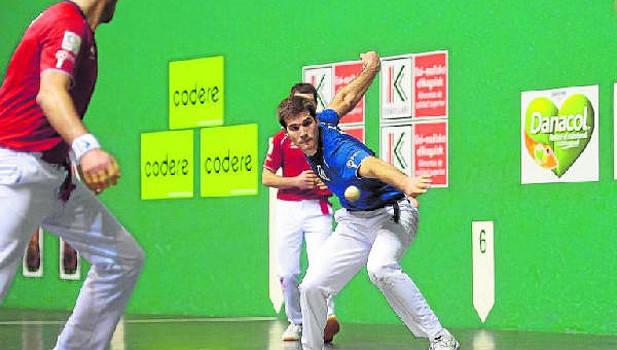 Zabaleta golpea una pelota durante el partido de ayer disputado en el frontón Labrit de Iruña.