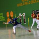 Joseba Ezkurdia trata de restar una pelota durante el partido de este viernes en presencia de Irribarria y Rezusta en Buñuel