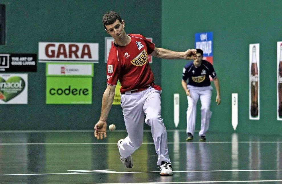 Julen Martija golpea a una pelota durante el partido de ayer en el frontón Labrit. El de Etxeberri fue el mejor de los cuatro