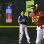 Víctor se prepara para golpear la pelota en el duelo de Hendaia