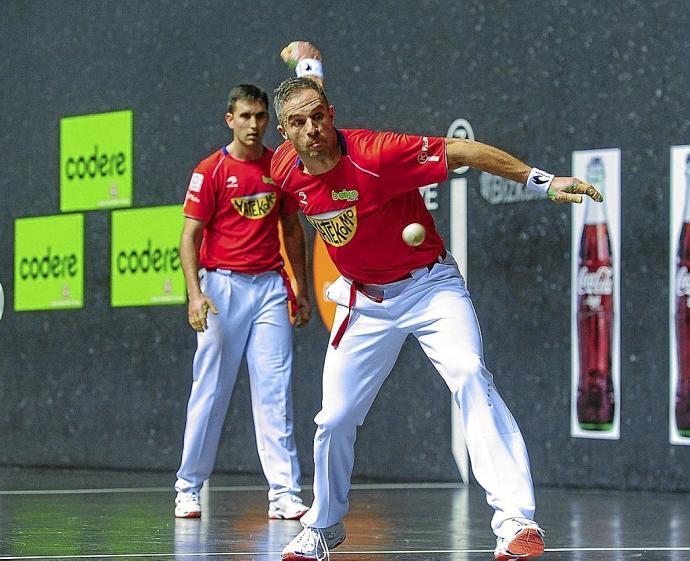 Aimar Olaizola y Mikel Urrutikoetxea realizaron ayer en Bilbao un partido redondo