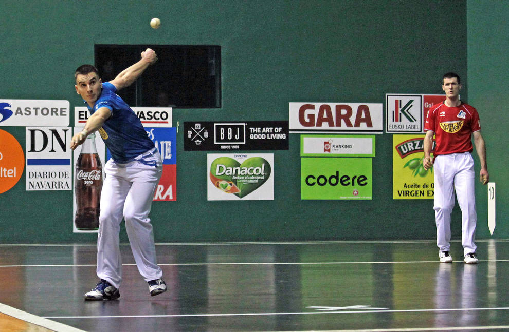 Jon Ander Imaz golpea a una pelota en presencia de Beñat Rezusta durante el partido de ayer en el Labrit