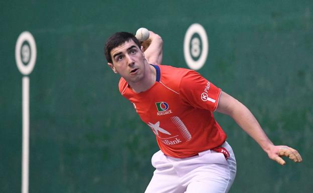 Aitor Aranguren que sustituye a Mikel Urrutikoetxea en la primera jornada de la liguilla de semifinales del Campeonato de Parejas