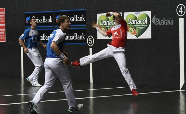 Iker Irribarria suelta un zurdazo en presencia de Iñaki Artola y Beñat Rezusta, en el Bizkaia de Bilbao
