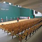 El frontón Labrit, con los asientos balizados por bloques, ya está listo para su primer partido.