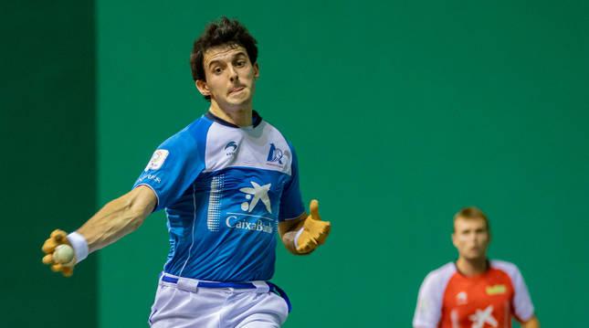 Jokin Altuna golpea a una pelota en el partido del Labrit.