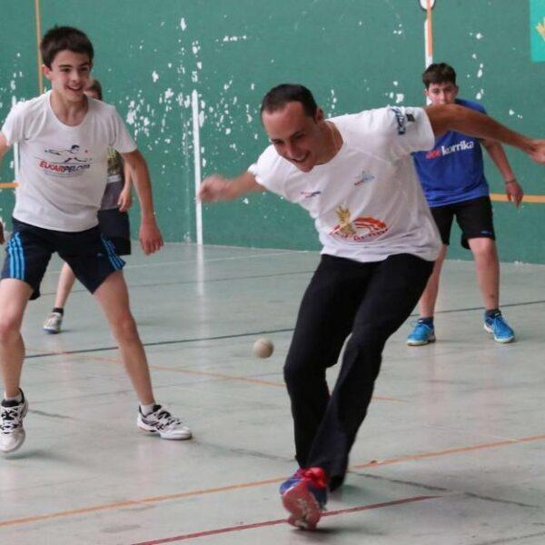 Juan Martínez de Irujo busca la pelota durante unpartidillo con sus alumnos de la escuela de Imarkoain