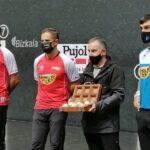 Los pelotaris Olaizola II, Urrutikoetxea y Ezkurdia posan con el material escogido para la final.