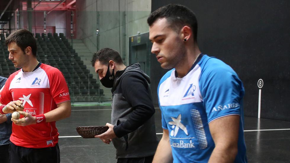 Elezkano y Jaka apartaron material el pasado miércoles en el Bizkaia, donde hoy disputan la semifinal del Manomanista