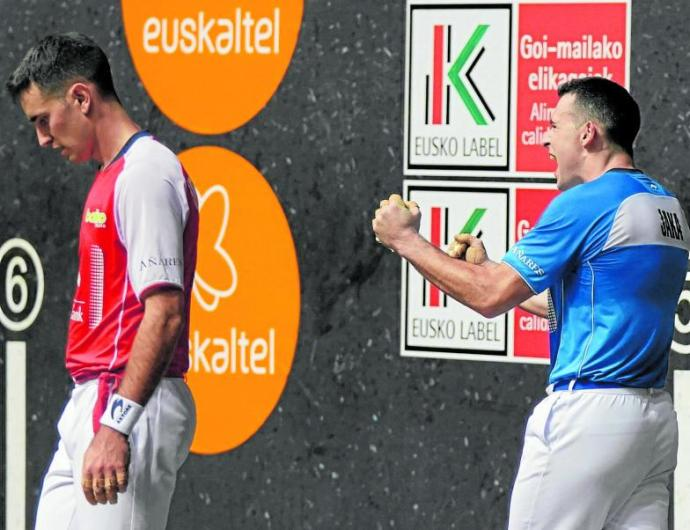Erik Jaka celebra la victoria en el frontón Bizkaia ante Mikel Urrutikoetxea NotGip