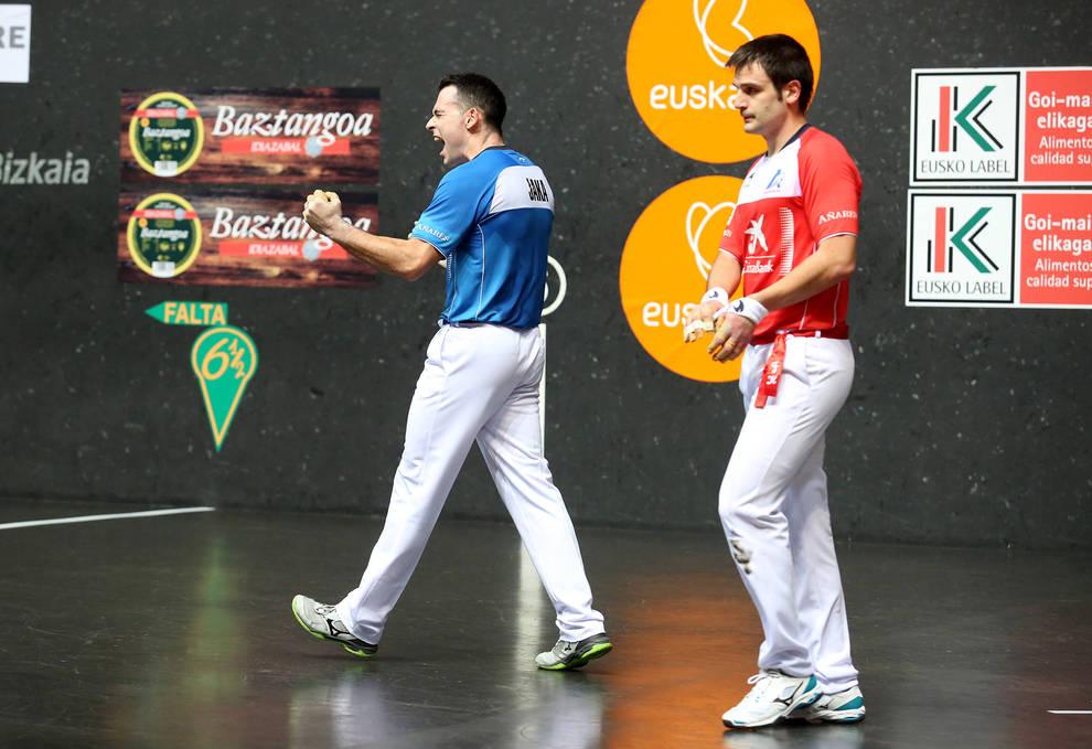 Erik Jaka celebra la victoria en la semifinal del Manomanista con efusividad ante un triste Elezkano en el frontón Bizkaia
