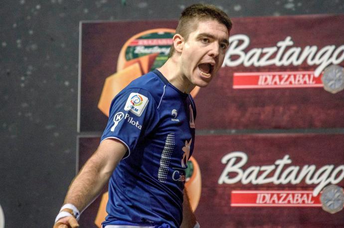 Iker Irribarria, actual campeón del Manomanista, celebra un tanto durante la última final