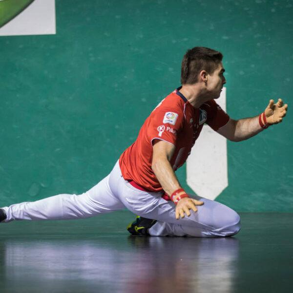 Iker Irribarria golpea una pelota