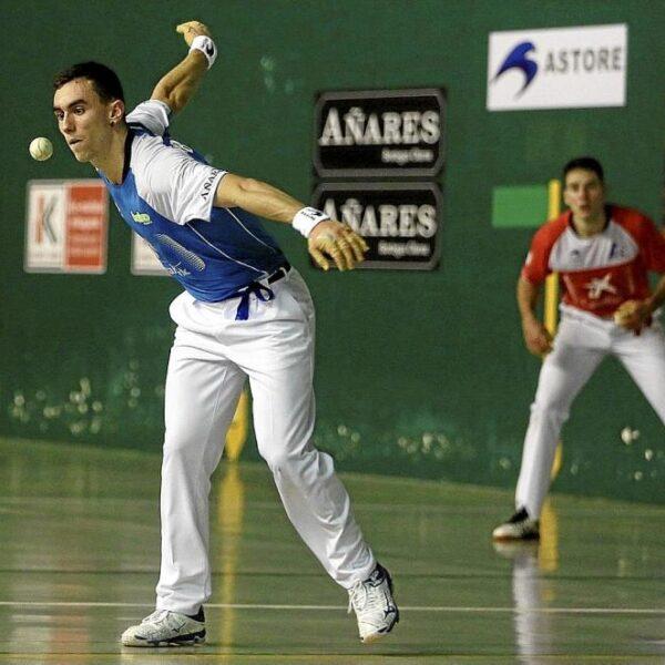 Iraitz Zubizarreta se dispone a golpear la pelota en el duelo de ayer ante Darío NotGip