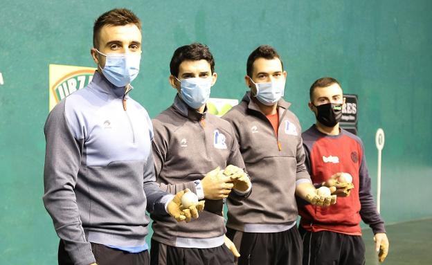 Jon Ander Peña, Jokin Altuna, Erik Jaka y Joanes Bakaikoa, ayer en el Astelena durante la elección de material