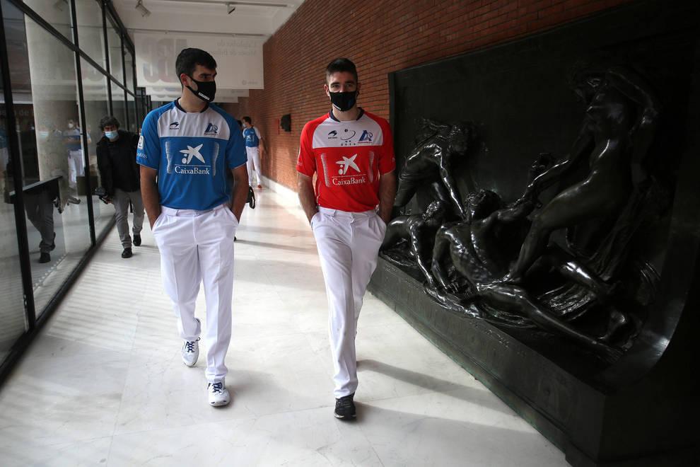 Joseba Ezkurdia e Iker Irribarria conversan en los pasillos del Museo de Bellas Artes