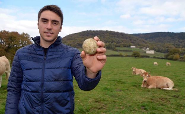 Peio Etxeberria muestra una pelota rodeado de sus vacas en las inmediaciones de Zenotz, su localidad natal