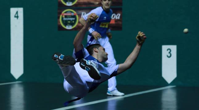 Jon Ander Albisu resta una pelota de forma acrobática en presencia de Peña II en el Labrit