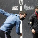Rezusta se dispone a golpear la pelota con la zurda ante José Ángel Balanza, Gorostiza, ayer en la elección del Bizkaia de Bilbao.