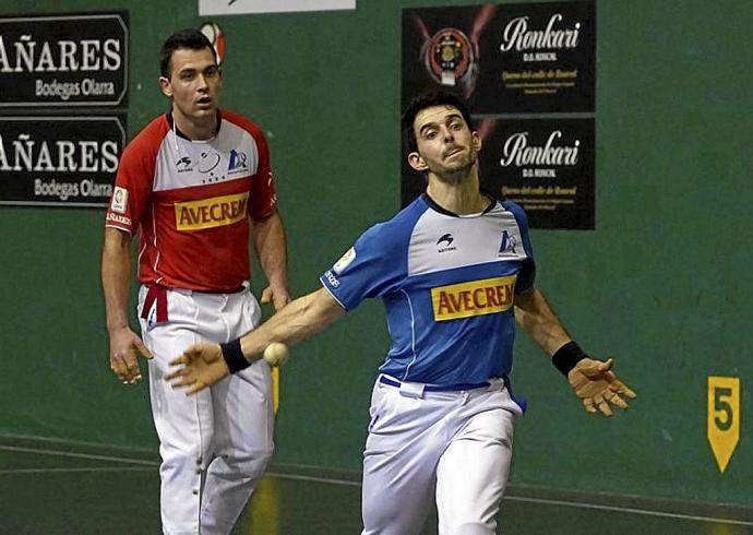 Jokin Altuna corta la pelota en Urduliz