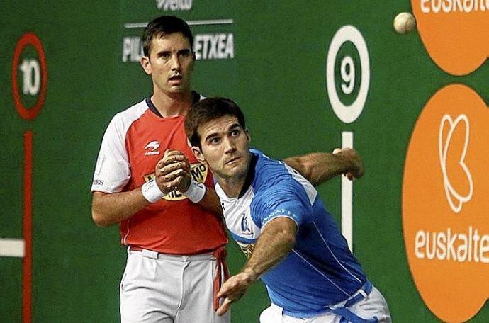 Zabaleta se dispone a golpear la pelota ante Urrutikoetxea