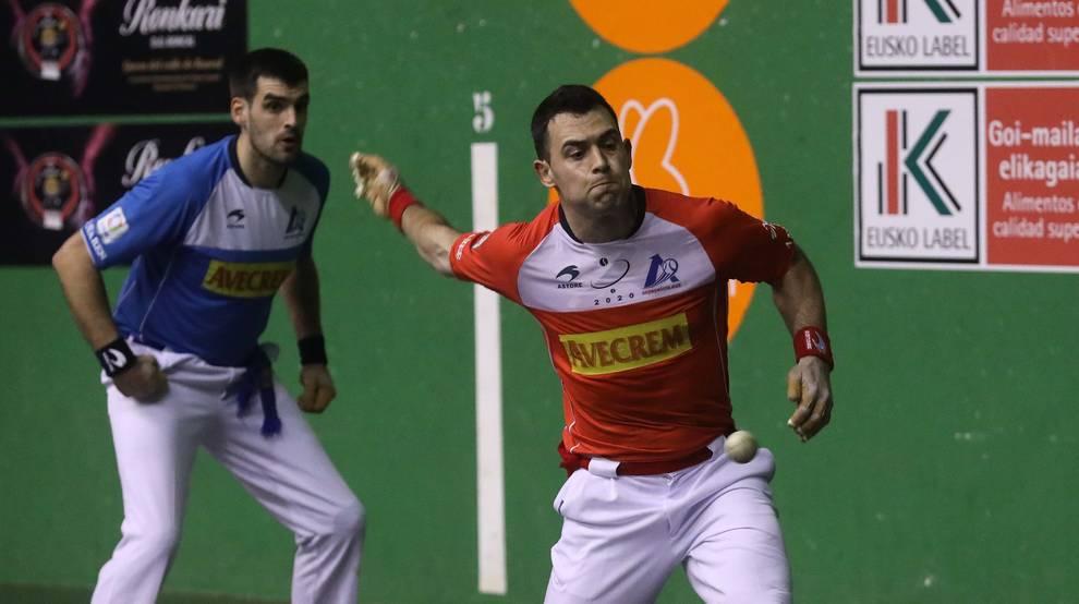Erik Jaka le imprime velocidad a una pelota durante el partido de ayer en el Ereta de Tafalla, con Joseba Ezkurdia al fondo