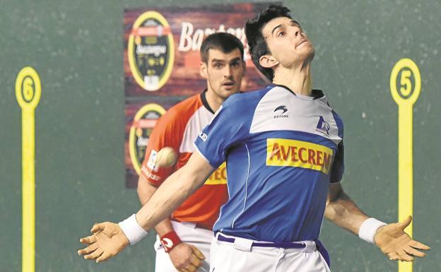 Jokin Altuna arma el brazo para entrar de derecha ante Joseba Ezkurdia, en el partido de este sábado en Logroño