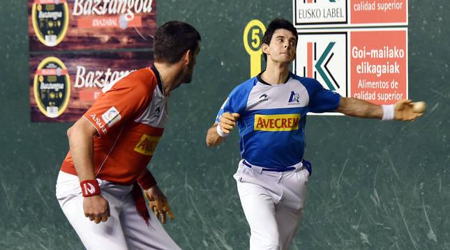 Jokin Altuna golpea de zurda en presencia de Joseba Ezkurdia durante el partido de ayer en el Adarraga. El navarro fue el mejor del cuarteto en la cancha