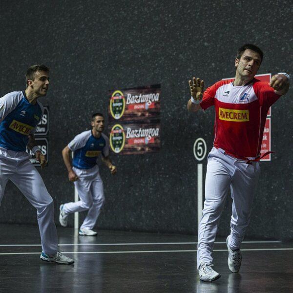 Danel Elezkano, errematatzen, eta hari begira, Jon Ander Peña, Jose Javier Zabaleta eta Jon Ander Albisu, finalerdietako ligaxkako lehen partidan