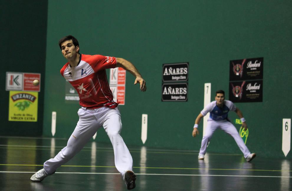 José Javier Zabaleta arma el brazo para golpear la pelota durante el partido celebrado ayer en el Labrit. Al fondo, Arteaga
