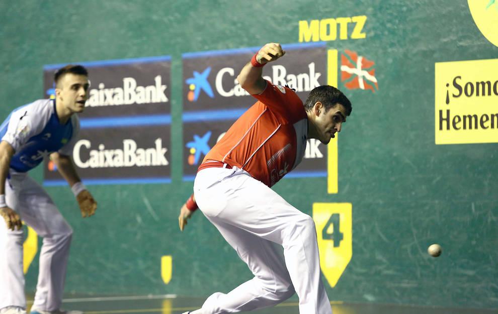 Joseba Ezkurdia golpea a una pelota en presencia de Peña II ayer por la noche en Azkoitia
