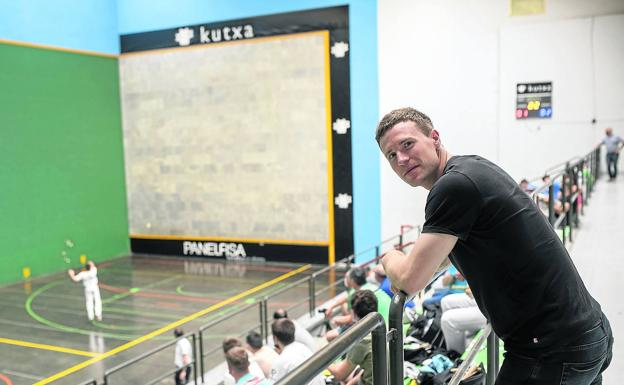 Iñaki Artola posa ayer en el frontón Elorri de Alegia durante la ida de semifinales del Interpueblos ante Oiartzun, ganador por 0-3
