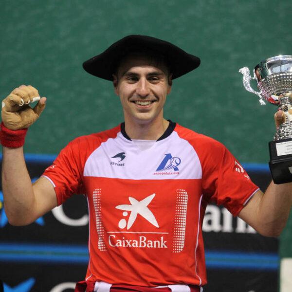 Peio Etxeberria, con la txapela y el trofeo que le acredita como campeón manomanista de Promoción